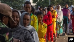 Voters queue early in the morning to cast their votes in Ethiopia's general election, in Addis Ababa, Ethiopia, May 24, 2015.