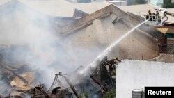 Bomberos combaten las llamas durante un incendio en Barracas, Argentina.