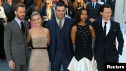 "Para aktor yang bermain dalam ""Star Trek Into Darkness"", dari kiri ke kanan: Chris Pine, Alice Eve, Zachary Quinto, Zoe Saldana dan Benedict Cumberbatch, di London (2/5)."