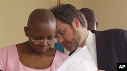 Victoire Ingabiré (à g.) dans une photo prise en septembre 2011