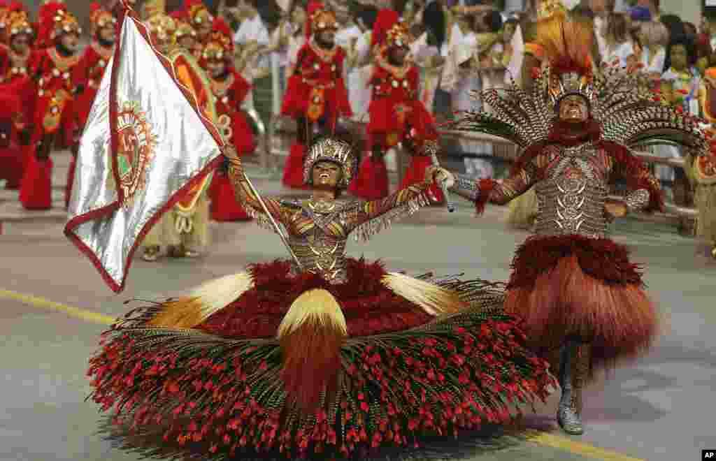 브라질 상파울루에서 열린 카니발 행렬에서 '모시다지 알레그리' 삼바학교 소속 무희들이 춤추고 있다.