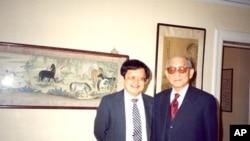 美国之音记者周幼康1991年5月在纽约采访张学良将军(右)