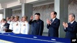 지난 4월15일 평양에서 열린 태양절 열병식에서 김정은과 주석단 인사들.