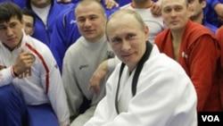 Vladimir Putin, 58 tahun, rutin berlatih judo dan berenang untuk menjaga kebugaran tubuhnya.
