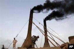 Des ouvriers à l'oeuvre dans une briqueterie près de Jalalabad