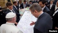 Le pape François reçoit un maillot signé par l'équipe de football de l'équipe nationale allemande au Vatican, le 14 novembre 2016.