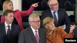Presiden Komisi Eropa, Jean-Claude Juncker (tengah) bersama para pemimpin Uni Eropa dalam pertemuan di Brussels, Belgia (25/10).