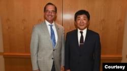 美國衛生及公共服務部部長阿扎爾(Alex Azar)(左)於2018年在華盛頓會晤到訪的台灣衛生福利部部長陳時中(右)。(圖片取自Alex Azar 推特)