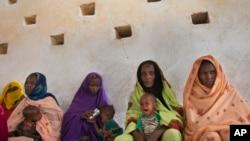 افریقی ملک چاڈ میں مائیں اپنے بچوں کو لیے ایک کلینک کے باہر بیٹھی ہیں (فائل فوٹو)