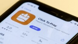 Aplikasi 'Click to Pray' di sebuah ponsel di Roma, Italia, 19 Oktober 2021. (REUTERS/Guglielmo Mangiapane/Ilustrasi)