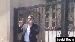 Jurnalist Teymur Kərimov Səhiyyə Nazirliyinin binası qarşısında etiraz edir