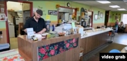 "Jesse Romanyshyn dan restorannya, ""Four Corners"" menyajikan sajian khas Ukraina di North Dakota. (Photo: VOA/videograb)"