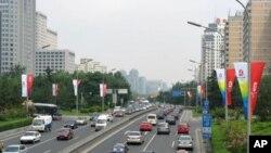 中国中产阶级人数日益增加,购买私家车的人也越来越多。图为 北京街头的车流不断