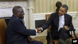 Rais wa Ghana John Evans Atta Mills akisalimiana na rais Obama huko White House.