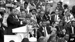 """Martin Lyuter King """"Bir orzuim bor"""" nutqini so'zlamoqda.Vashington, 28-avgust, 1963-yil"""