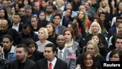 Іммігранти беруть участь у церемонії прийняття громадянства США в Лос-Анджелесі, 19 грудня 2018 року.