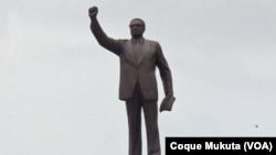 Statue d'Agostinho Neto à la place du 1e mai à Luanda