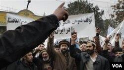 Warga Afghanistan melakukan protes sambil meneriakkan slogan-slogan anti Iran atas pembatasan pengiriman BBM oleh Iran.