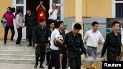 Những nhân viên cảnh sát được người dân thả ra sau một khoảng thời gian bị câu lưu liên quan tới tranh chấp đất đai ở xã Đồng Tâm, huyện Mỹ Đức, Hà Nội, ngày 22 tháng 4, 2017.