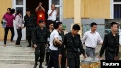 """Các """"con tin"""", bị dân làng Đồng Tâm bắt giữ, được người dân thả ra trong vụ đối đầu hồi tháng Tư, 2017."""