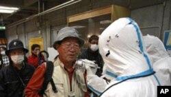 ປະຊາຊົນໃນເມືອງ Koriyama ທີ່ຢູ່ໃກ້ໂຮງງານຜະລິດໄຟຟ້ານີວ ເຄລຍ Fukushima ທີ່ຖືກເສຍຫາຍນັ້ນ ໄດ້ຮັບການກວດເບິ່ງລະດັບ ກໍາມັນຕະພາບລັງສີ ທີ່ພວກເຂົາເຈົ້າໄດ້ຖືກເຜີຍແບໃສ່ ວ່າມີຫລາຍ ປານໃດ ເມື່ອວັນອັງຄານ ທີ 15 ມີນາ 2011.