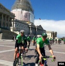 活动人士从康涅狄克州骑车到国会山推控枪法 (美国之音杨晨拍摄)