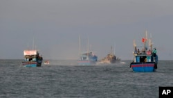 Tư liệu: Ba tàu cá Việt Nam với tổng cộng 17 ngư dân rời tỉnh Pangasinan về nước sau khi được TT Philippines đưa tiễn tại thị trấn Sual hôm 2/11/2016.