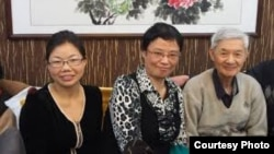 侯欣(中)与北京律师肖国珍(左)等合影。(肖国珍提供)