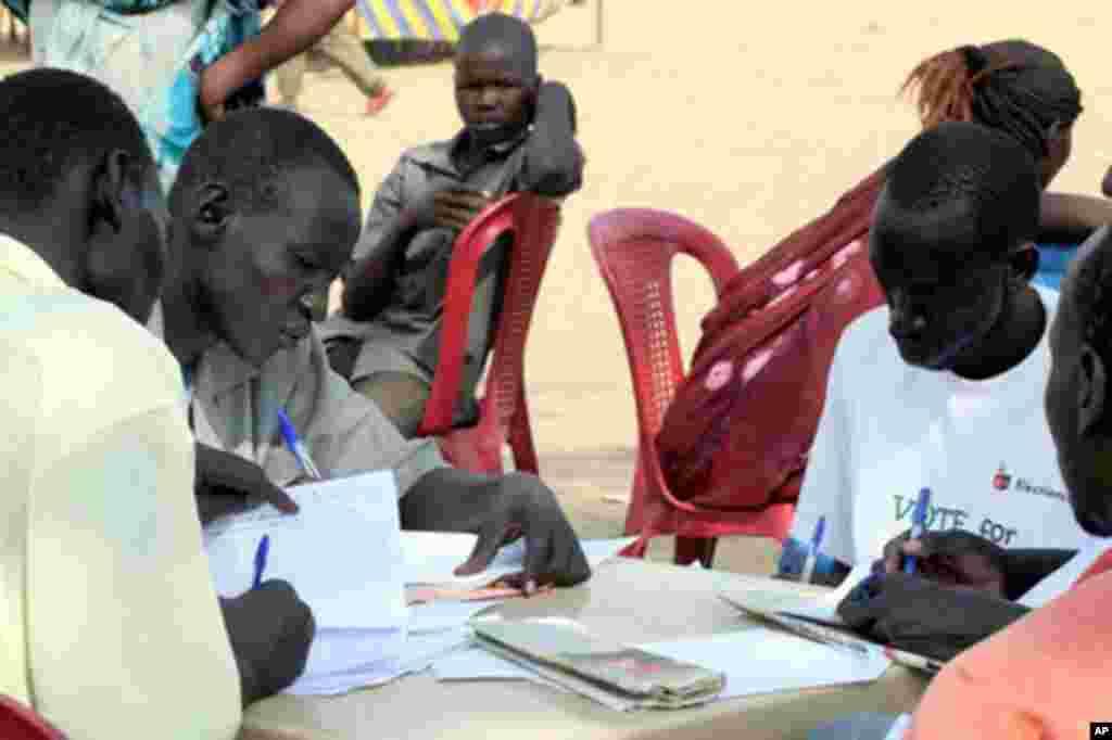 Watu walojitolea na walorudi nyumbani hivi karibuni wanawasiadia maafisa kuwandikisha watu wanaowasili kutoka kaskazini.