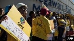 Des membres du parti de l'opposition protestent devant les bureaux d'Eskom, le 15 mai 2017.