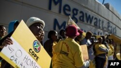 Des membres du Congrès sud-africain pour le peuple (COPE) protestent devant les bureaux d'Eskom, le 15 mai 2017.