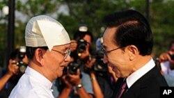 14일 이명박 대통령 영접나온 테인 세인 버마 대통령 (왼쪽).