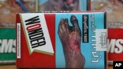 Peringatan kesehatan pada bungkus rokok yang dijajakan di Bangkok, Thailand (foto: dok). Pemerintahan Thailand berencana meningkatkan peringatan kesehatan yang lebih menonjol.