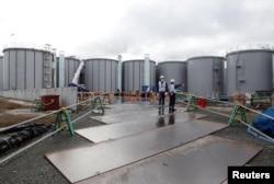 រូបឯកសារ៖ ក្រុមអ្នកជំនាញបច្ចេកទេសកំពុងពិនិត្យមើលអាងស្តុកទឹកដែលមានសារធាតុវិទ្យុសកម្មនៅទីស្នាក់ការរបស់ក្រុមហ៊ុនផលិតថាមពលនុយក្លេអ៊ែរ Tokyo Electric Power Co's (TEPCO) នៅក្រុង Okuma តំបន់ Fukushima ប្រទេសជប៉ុន កាលពីថ្ងៃទី ១៥ ខែមករា ឆ្នាំ ២០២០។