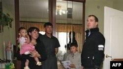 Tổng thống Nga Dmitry Medvedev, phải, thăm một gia đình Nga ở thành phố Yuzhnokurilsk tại dãy đảo Kurile có tranh chấp, 1/11/2010