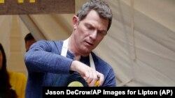 """Боббі Флей навчає учасників літнього табору, організованого компанією """"Ліптон"""", готувати. Фото: Джеймс ДеКроу, АР."""