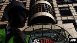 Nhân viên bảo vệ canh gác trước trụ sở của Ngân hàng UBS ở London, ngày 15/9/2011
