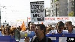 Učesnici protesta u grčkoj prestonici Atini, 5. oktobar 2011.