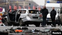 Cảnh sát khám nghiệm hiện trường vụ nổ chiếc xe Volkswagen ở Berlin, Đức, ngày 15/3/2016.