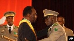 Shugaban juyin mulkin Mali Amadou Sanogo kenan ke mubaya'a ga sabon Shugaban wuccin gadi Dioncounda Traore, yau din nan a birnin Bamako