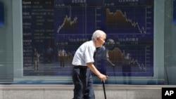 2016年8月19日东京证券公司电子板前散步的老人