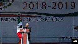 El presidente mexicano Andrés Manuel López Obrador habla en un mitin al cumplir un año de gobierno, en el Zócalo, la principal explanada de Ciudad de México, el domingo 1 de diciembre de 2019. (AP Foto/Marco Ugarte)