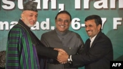 Президенти Гамід Карзай, Асіф Алі Зардарі і Махмуд Ахмадінеджад на саміті в Ісламабаді