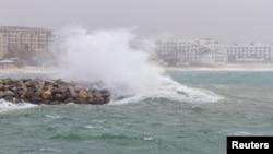 Ombak memecah di pantai saat badai tropis, Bud, melintas di Los Cabos, Baja, California Sur, Meksiko, 14 Juni 2018. Badai ketiga di musim badai 2018 mulai terbentuk di Atlantik.