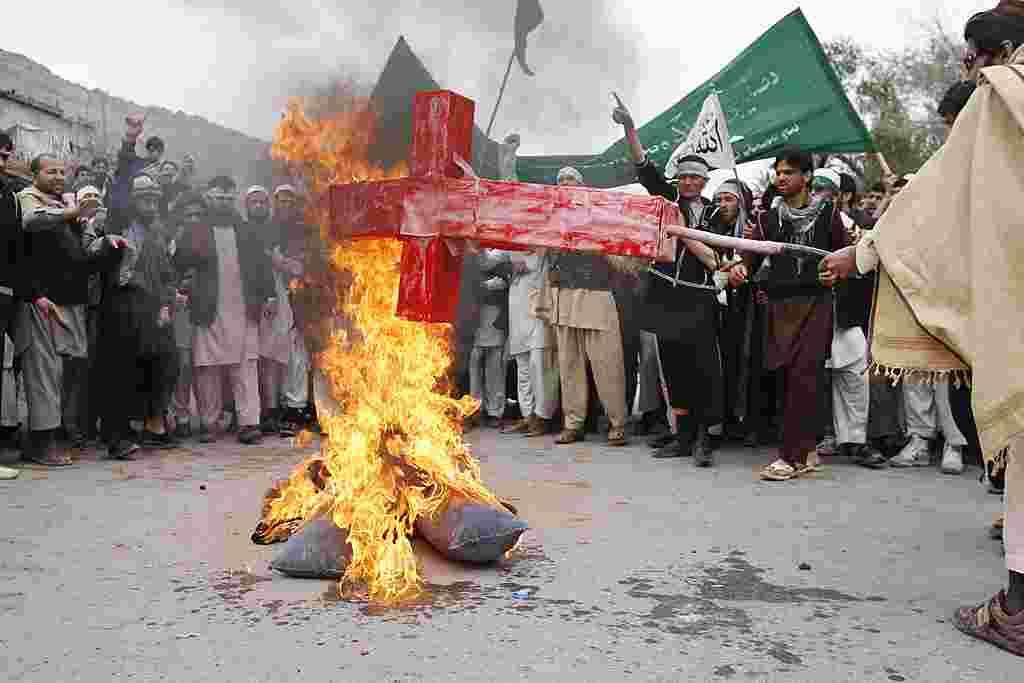 Para demonstran membakar orang-orangan Presiden Obama di tengah aksi protes di Jalalabad (AP).