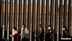 Inmigrantes procedentes de centroamérica cruzan hacia El Paso, Texas, desde México para solicitar asilo, en EE. UU. en enero de 2021.