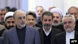 Ông Ali Akbar Salehi (hàng trước, bên trái) đến dự nghi thức chia tay cựu Ngoại trưởng Manouchehr Mottaki tại Tehran, ngày 18 tháng 12, 2010