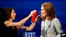 La entonces pre-candidata republicana Michele Bachmann es retocada durante un debate presidencial en 2011. El martes anunció que no competirá por su reelección a representante.
