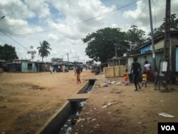 Street scene in an Abobo neighborhood. (E. Iob/VOA)