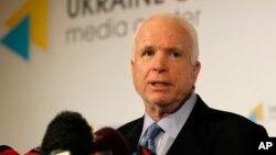 Thượng nghị sĩ John McCain trong 1 cuộc họp báo ở Kiev, Ukraine, 4/9/2014.